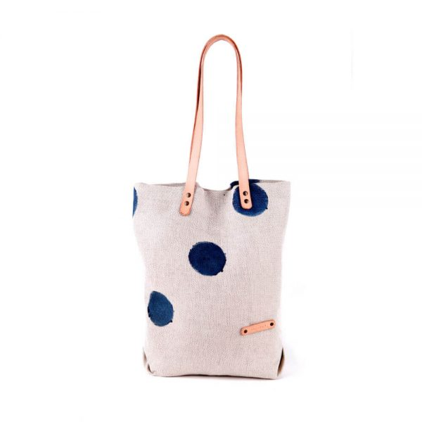 Бяла ленена чанта на тъмносини точки